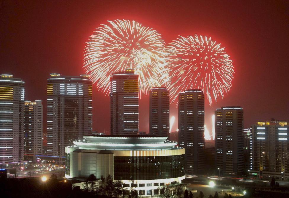 Фейерверк в небе над высотными зданиями в Пхеньяне