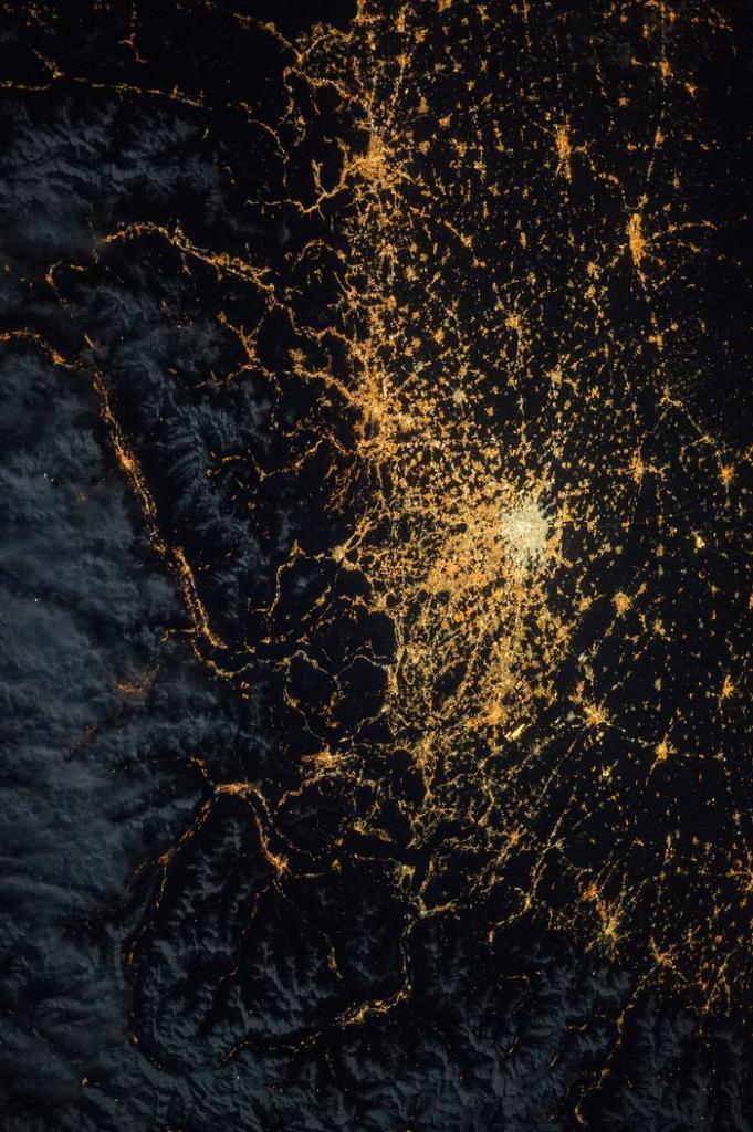 3. Городское освещение в Северной Европе — кадр, сделанный членом экипажа 43-й экспедиции Самантой Кристофоретти, 6 апреля 2015 года