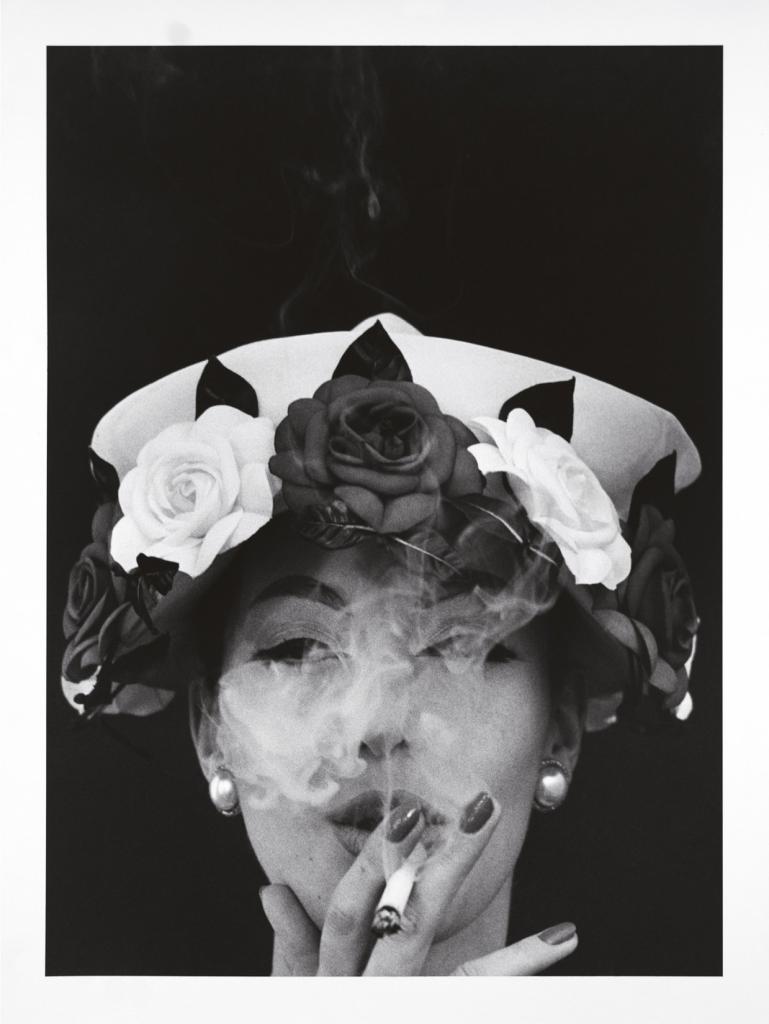 Шляпа + 5 роз, Paris Vogue, 1956 год. Автор: американский фотограф и кинорежиссёр Уильям Кляйн.