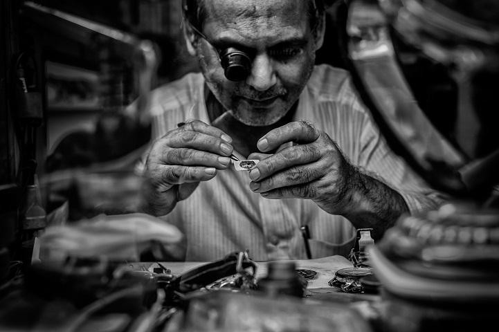 5. Победитель в регионе Ближний Восток и Северная Африка — «Внимание к деталям» (автор: Эванс Клэр Онте, ОАЭ). Этот часовщик зарабатывает на жизнь починкой часов в маленькой мастерской в Дубае.