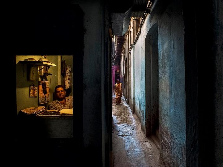 7. Поощрительная премия — «Окно торговой лавки» (автор: Рана Падни, Индия). Мужчина выглядывает из маленького окошка своей лавки, в которой он продает всякую мелочь вроде электрических и телефонных проводов.