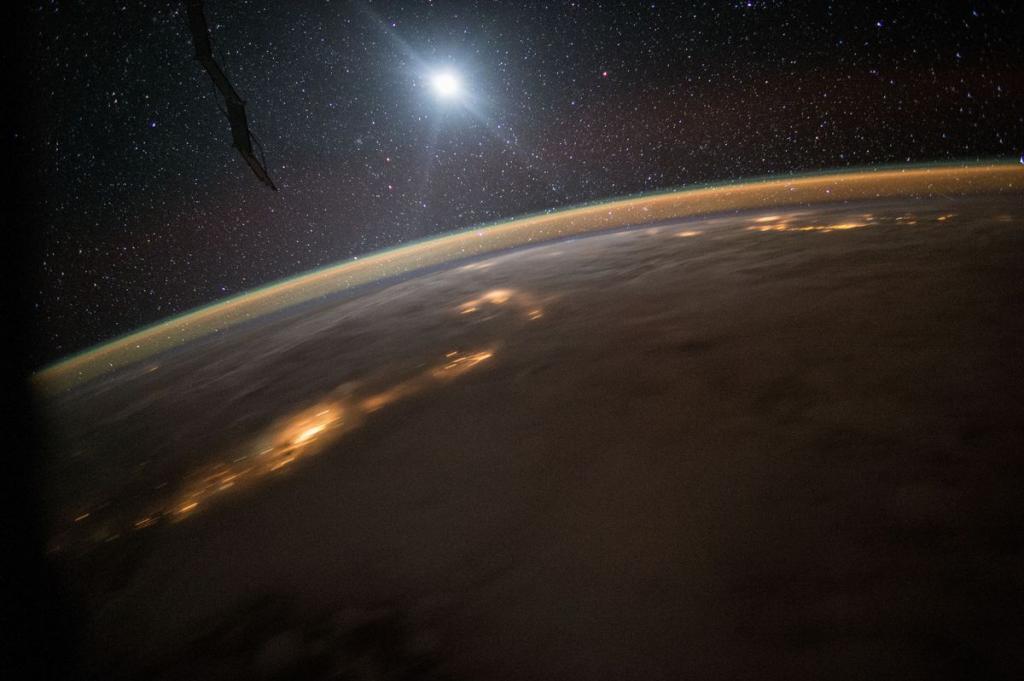 8. Ночная Земля, снятая членом 44-й экспедиции, 10 августа 2015 года