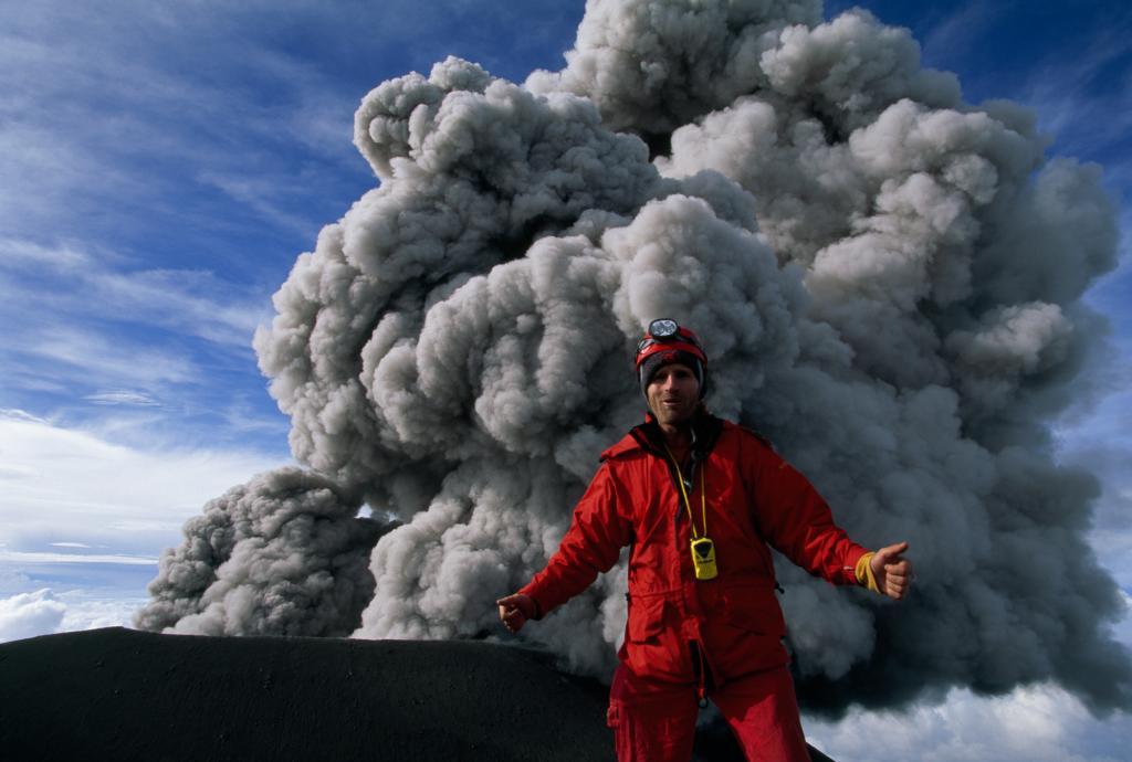 Фотограф Карстен Питер (Carsten Peter) делает автопортрет на фоне извергающегося вулкана Семеру на острове Ява в Индонезии. Семеру извергается практически беспрерывно начиная с 1967 года.