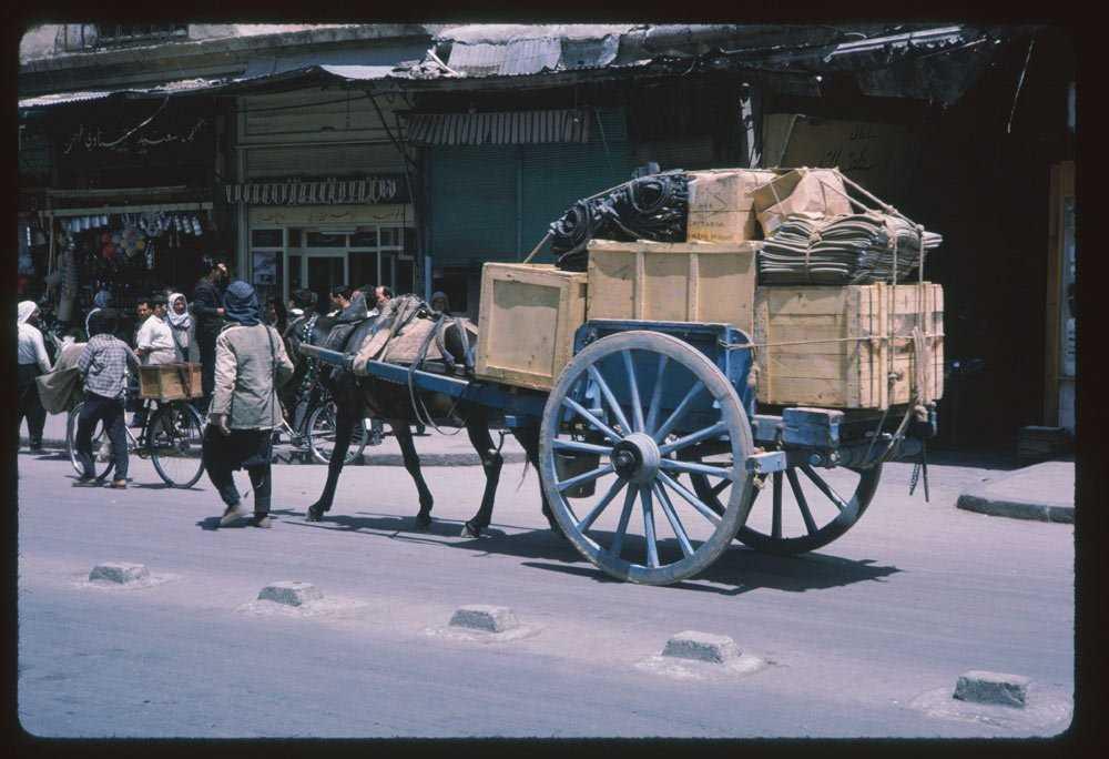 В середине 1960-х годов животные перевозили товары через центр Дамаска.