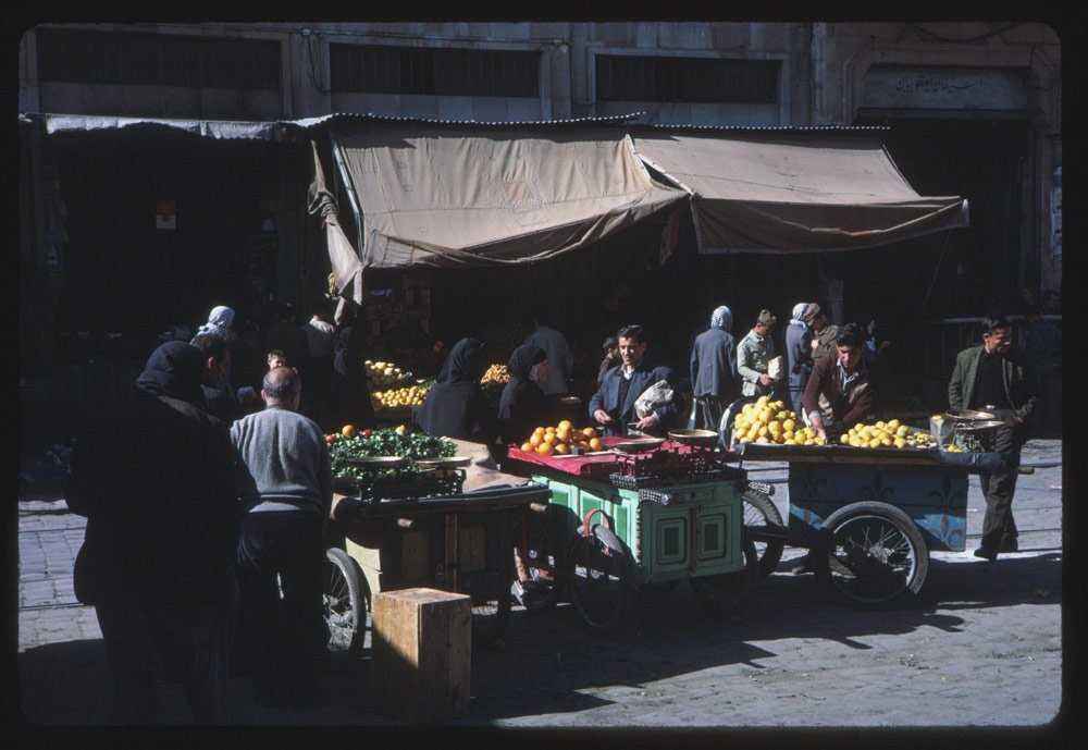 Тележки были завалены фруктами.