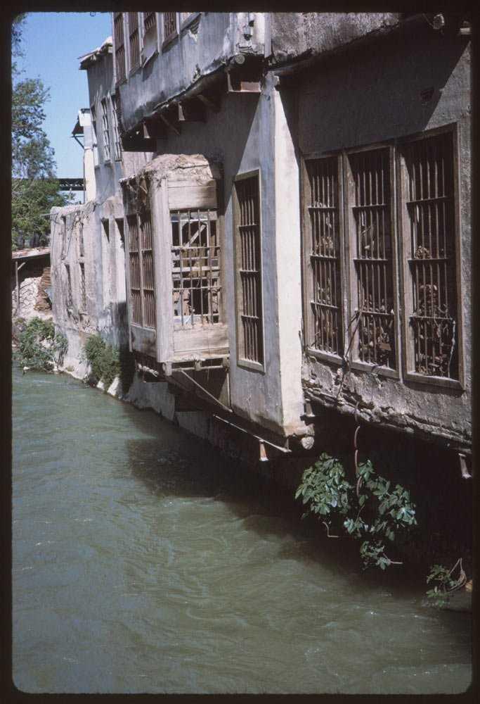 Это река Барада, протекающая через Дамаск.