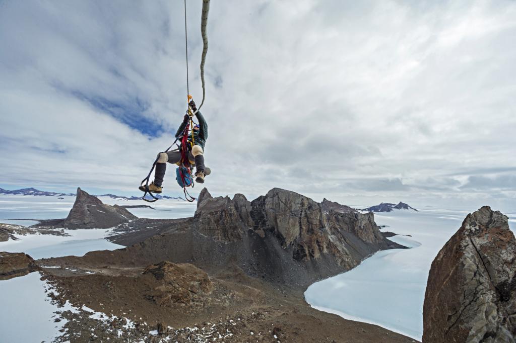 Скалолаз Майк Либеки (Mike Libecki) взбирается на скалу в горном массиве Вольтат на территории Земли Королевы Мод в Антарктике.