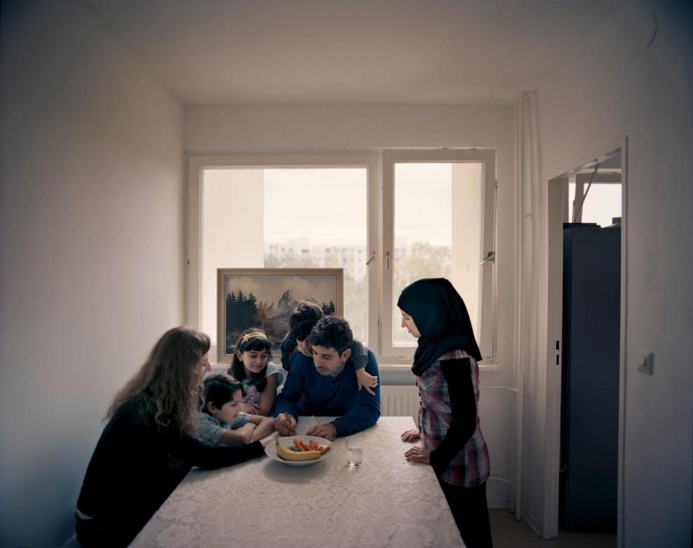 Бритта Лебен (слева), 27-летняя студентка магистратуры, помогает 30-летнему Закарии Эдельби (в центре) с упражнениями по немецкому языку. Эдельби приехал в Берлин в августе 2014 года, оставив в Алеппо свою жену и троих детей. Семья воссоединилась в марте 2015 года после того, как им были открыты визы. Лебен познакомилась с Закарией в мае через организацию «Beginn Nebenan Berlin», которая связывает беженцев и местных жителей. «Я просто хотела познакомиться с людьми, с которыми живу в одном городе», – объясняет Лебен. В конце августа семья Эдельби переехала из приюта в свою квартиру в административном округе Шпандау. Дети уже ходят в школу и немного говорят по-немецки. По словам Эдельби, он очень переживает за будущее Сирии, но впервые не боится за своих детей.