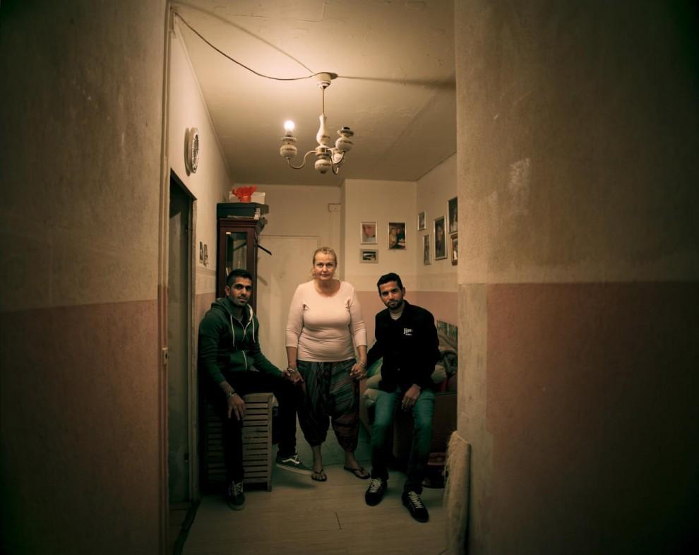 Марлен (в центре) нашла 26-летнего Абдуллу Фархана (справа) и 27-летнего Махмуда Абу Хорана спящими на улице в Берлине. Беженцы не смогли найти хостел, принимающий ваучеры на ночлег, выданные им государством. Бывший школьный учитель Фархан бежал от агрессии ИГИЛ. Абу Хоран покинул Сирию, чтобы избежать призыва в ряды армии Башара Асада. «Как так может быть, что люди приезжают сюда, чтобы попасть в очередной ад?, – возмущается Марлен, которая с начала августа приютила в своей квартире на севере Берлина ещё девять беженцев. «Я должна что-то делать», – говорит она.