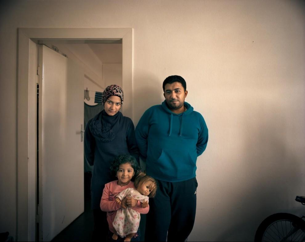 Хасан Мааз держал небольшой магазин мобильных телефонов в Алеппо вместе со своей женой Нахед Сиккарит, которая раньше работала парикмахером. Супруги надеются найти работу в Германии, но они до сих пор живут в приюте для беженцев в Берлине в ожидании, когда будут оформлены все бумаги. «Мы благодарим Аллаха за то, что бомбы и ракеты остались в прошлом, и сейчас мы в безопасности», – говорит Мааз. У их дочери Майяр тоже есть повод для радости: теперь у неё есть новая кукла вместо той, которую она потеряла в лодке по пути в Грецию.