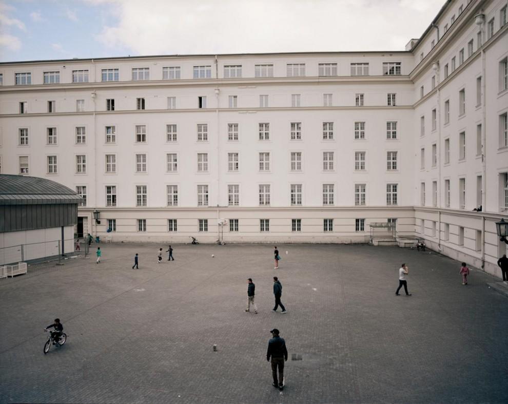 Дети играют во дворе возле бывшей городской ратуши в районе Вильмерсдорф в Берлине, которая в середине августа была преобразована в центр приёма беженцев силами волонтёров.