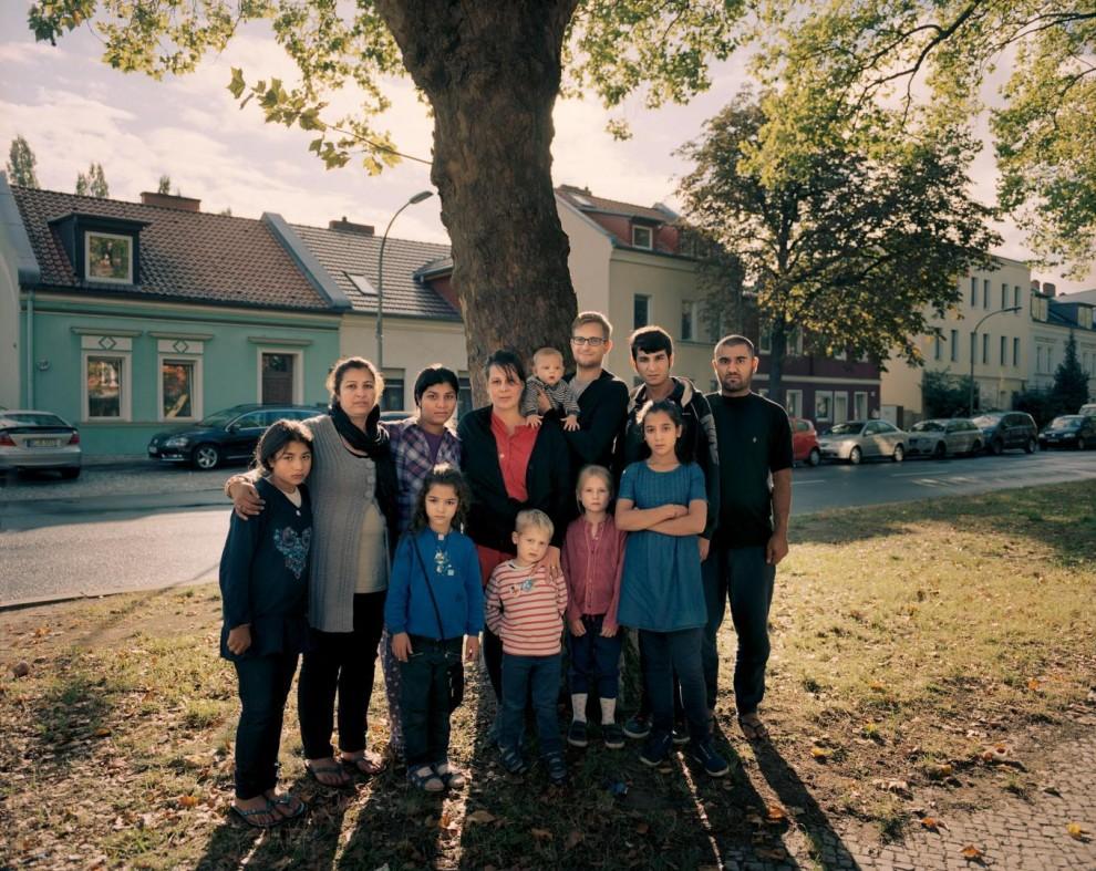 Муж Мари Шарифи был убит талибами три года назад. Когда её 16-летний сын Рохен стал получать угрозы, Маря решила продать свой дом в Мазари-Шарифе и бежать. «Мы устали жить в страхе. Я только хотела, чтобы мои дети мирно ходили в школу», – рассказала Маря. Семья приехала в Берлин 28 августа, регистрационный центр в это время был закрыт на выходные. В ту ночь учительница Кати Теннштедт-Хорн и её муж, директор планетария Тим Флориан Хорн узнали из выпуска новостей, что беженцы разбили лагерь на улице. Несмотря на то, что у пары двое маленьких детей и новорожденный, Кати съездила к центру и забрала к себе семью Шарифи, состоящую из семи человек. Шарифи пробыли у них пять дней, пока не нашли приют.