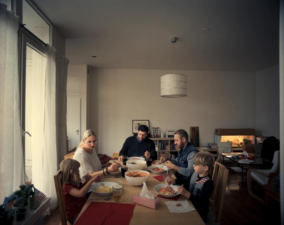 30-летний Башар аль-Рифай (второй слева) из Хомса прибыл в Берлин в августе. Рифай не смог найти хостел, который бы принимал выданные ему ваучеры на ночлег, но ему повезло познакомиться с Фабианом Риком (в центре), который попросил своих детей пожить в одной комнате, и приютил аль-Рифая в своей квартире в Берлине. «До войны мне никогда не приходило в голову уехать из Сирии, – рассказывает аль-Рифай. Люди здесь так добры, и они готовы протянуть руку помощи. Когда вы сообщаете им, что вы беженец, сириец, вы это чувствуете. Я и подумать не мог, что кто-то может столько для меня сделать. Я уже ощущаю себя немцем. Я чувствую, что я дома.». Башар аль-Рифай помогает своим спасителям как может, включая и ремонт в квартире, и установку газовых котлов. Это все, чем он может отблагодарить этих людей.