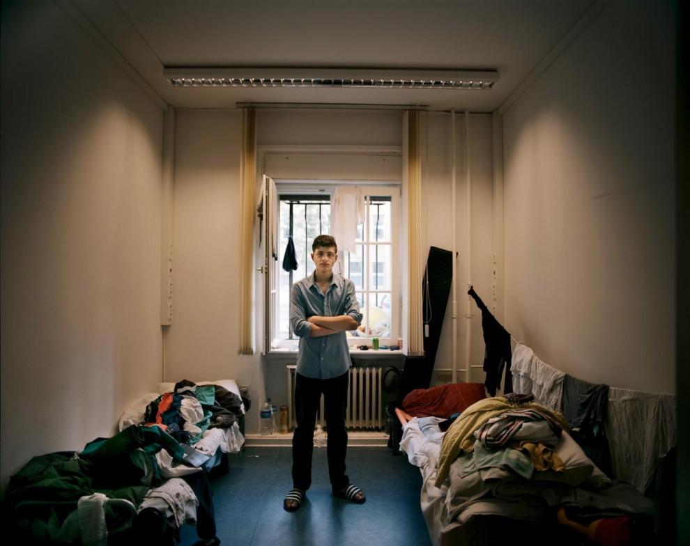 16-летний Абделькадер Джбили прибыл в Берлин в середине августа. Его путешествие заняло три месяца. «Я не хотел, чтобы моя семья отправлялась в эту опасную поездку, – так Абделькадер объясняет своё решение отправится в ЕС в одиночку без родителей, братьев и сестёр. Джбили приехал в Берлин вместе со своим дядей. «Я позвонил своему отцу и узнал, что его магазин разбомбили. В Алеппо они не в безопасности. Три дня назад были оформлены мои документы. Я несовершеннолетний, поэтому я могу подать прошение о воссоединении со своей семьёй. Я надеюсь, что все мы сможем остаться в Германии, потому что люди здесь хорошие».