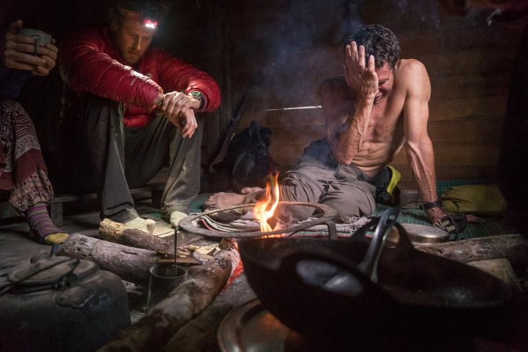Опытные альпинисты Кори Ричардс (Cory Richards) и Марк Дженкинс (Mark Jenkins) были вынуждены прервать восхождение на вершину Хкакабо-Рази, когда их жизнь оказалась в опасности.