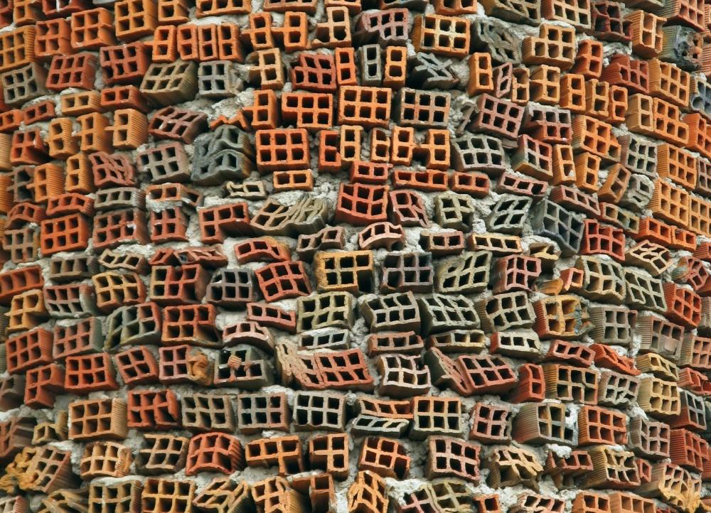 Кирпичная стена собора в Мадриде, Испания.