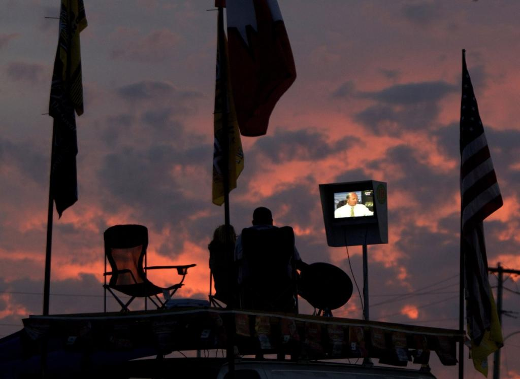 Брат и сестра в Дейтона-Бич, штат Флорида, под открытым небом возле участка автострады перед ежегодной гонкой «Daytona 500».