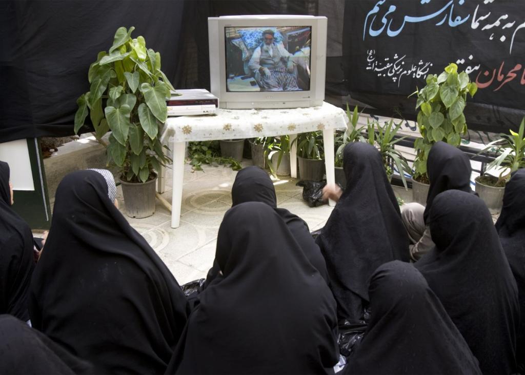 В Тегеране, столице Ирана, женщины следят за церемонией по случаю годовщины со дня смерти лидера исламской революции, великого аятоллы Рухолла Мусави Хомейни.