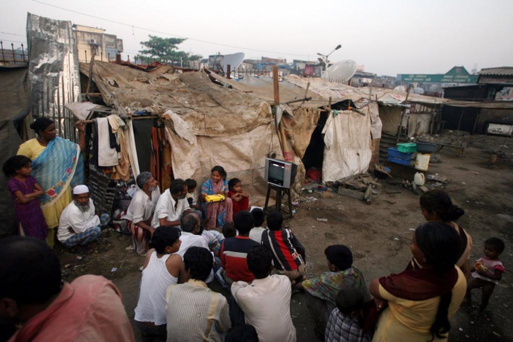 В Мумбаи, Индия, соседи Ажаруддина Измаила собрались вместе посмотреть церемонию вручения Оскара. Измаил исполнил роль Салима в детстве, героя из фильма «Миллионер из трущоб», действие которого разворачивается в тех же трущобах.