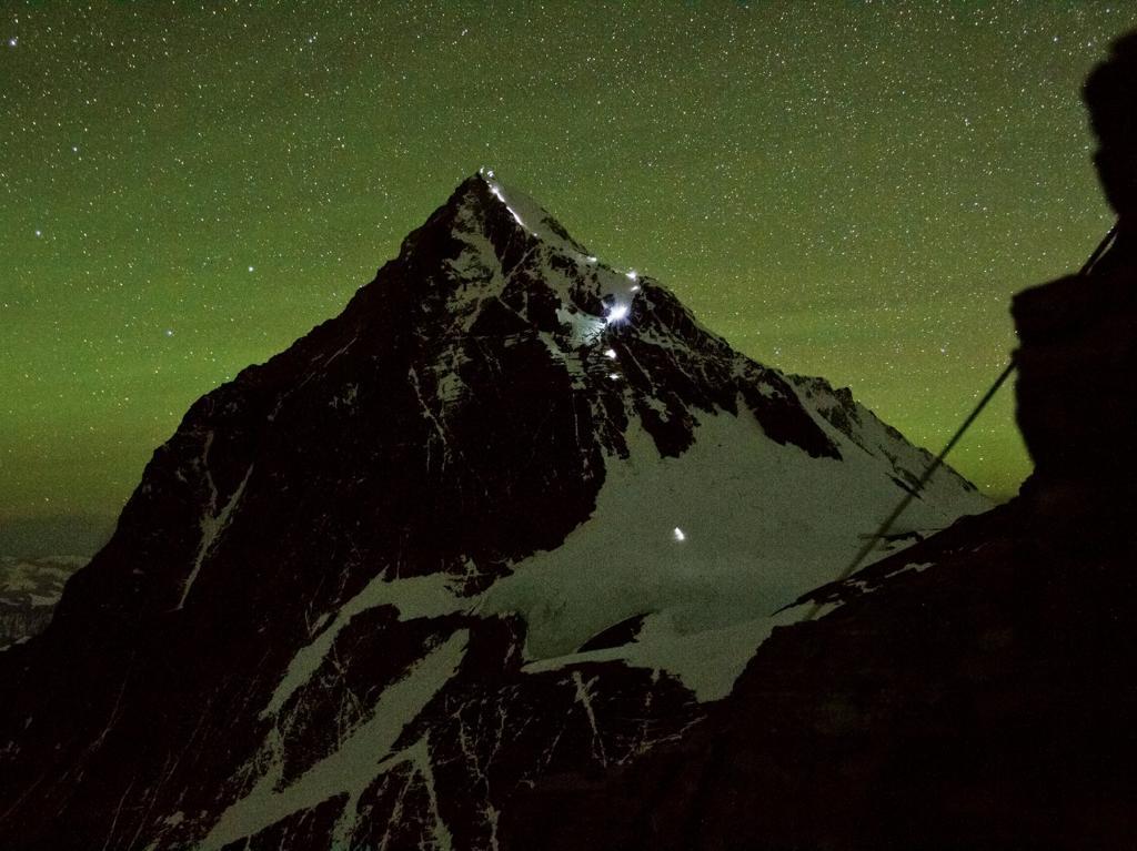 Прожекторы освещают путь группе альпинистов, совершающих восхождение на вершину Эвереста в утренних сумерках. Восхождение на самую высокую гору мира сопряжено с многочисленными трудностями: разреженный воздух, непредсказуемая погода, ледопады.