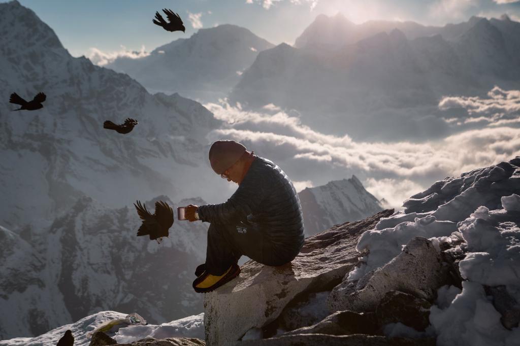 Шерпа, сопровождающий группу альпинистов во время восхождения на вершину горы Ама-Даблам, высота которой составляет 6814 метров, в Гималаях.