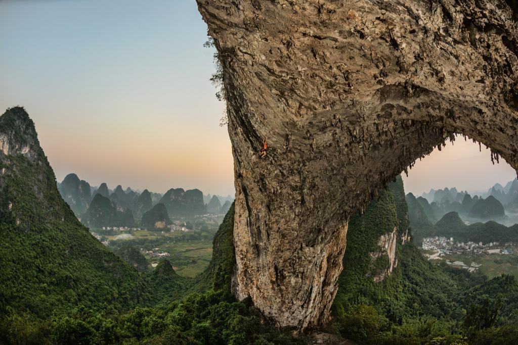 Альпинистка Эмили Харрингтон (Emily Harrington) поднимается по южному склону Лунного холма, представляющего собой арку, образовавшуюся в результате обрушения пещеры или карста. Китай.