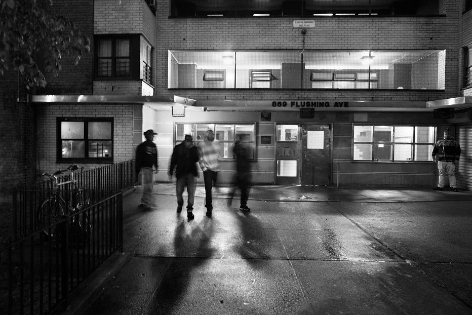 У банды есть своя система защиты от полиции и других группировок: они по очереди дежурят у домов и патрулируют район.