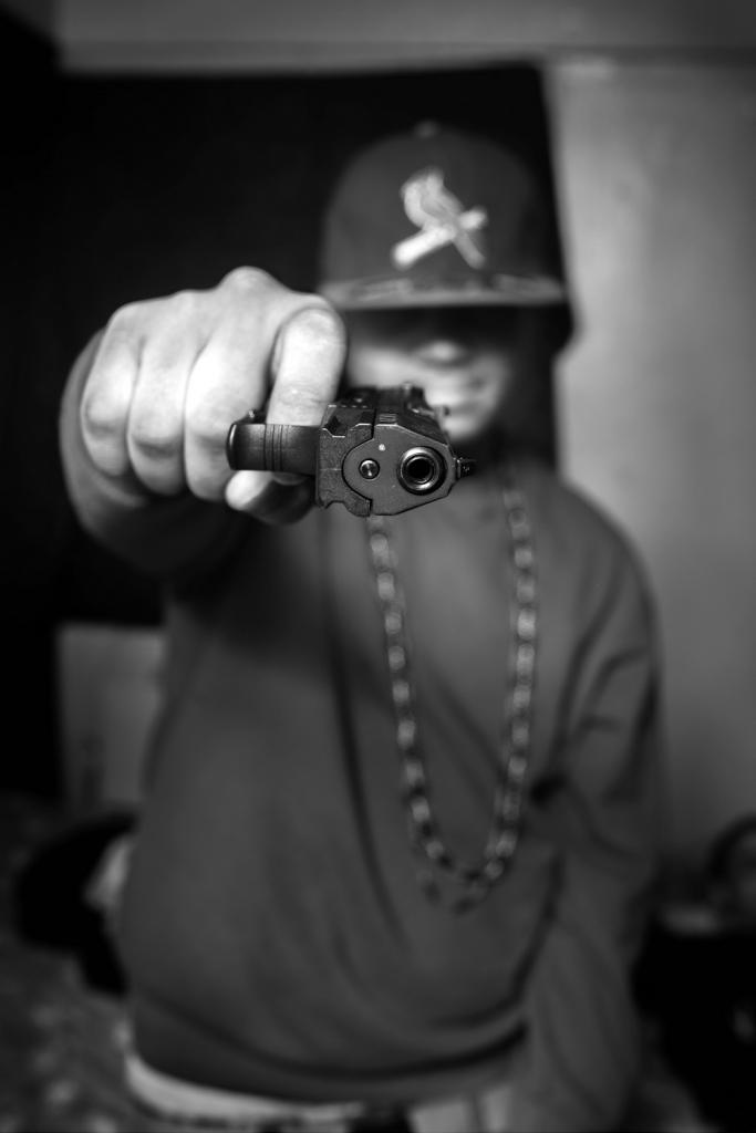 Мердер показывает пистолет, который он купил за 250 долларов на улице после того, как его друга в ходе драки ударили ножом в шею.