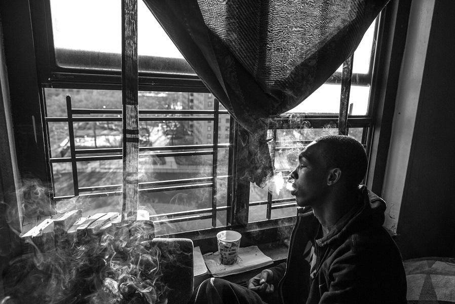 Б-Рад сидит дома — несколько дней назад в него стреляли, и он никуда не выходит, пока не вытащат пулю.