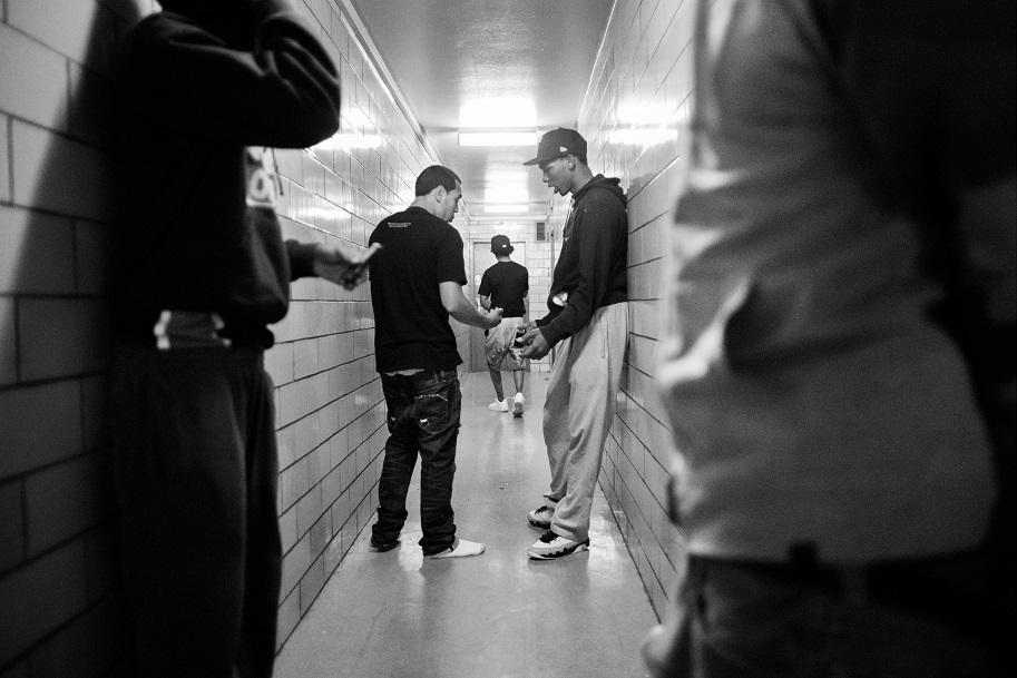 Торговля наркотиками — один из основных источников дохода банды. На фото совершается сделка по продаже марихуаны на одном из верхних этажей дома — чтобы избежать камер наблюдения, которые есть внизу и возле дома.