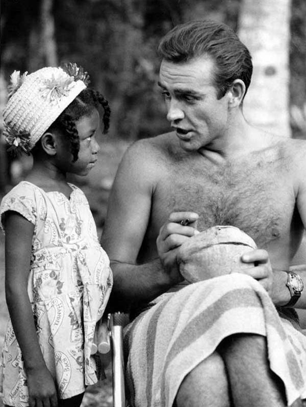 shon-konneri-podpisyvaet-kokos-dlja-malenkoj-fanatki-iz-jamajki-na-semkah-filma-doktor-nou-1962-god
