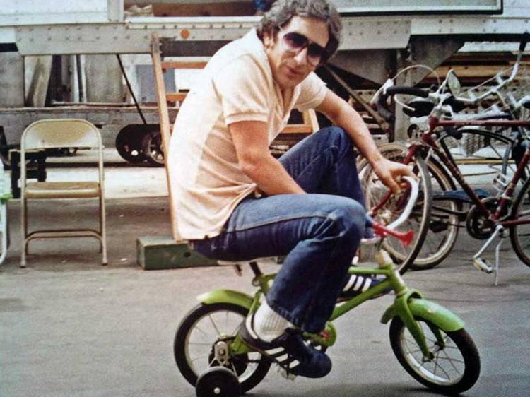 stiven-spilberg-kataetsja-na-detskom-velosipede-po-pavilonu-mgm-vo-vremja-semok-filma-poltergejst-1981-god