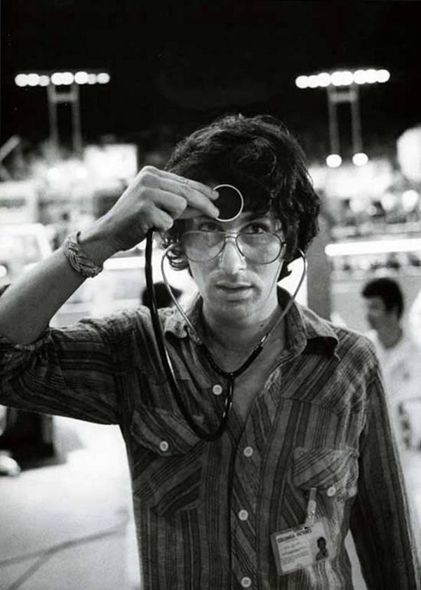 stiven-spilberg-so-stetoskopom-na-semkah-filma-blizkie-kontakty-tretej-stepeni-1977-god