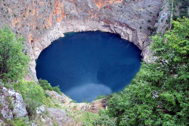 1. Красное озеро — карстовое озеро, заполнившее глубокую 530-метровую воронку на юге Хорватии. Образовалось вследствие обрушения свода крупной подземной пещеры. Есть теория, что данное озеро связано подземными потоками со всеми другими озёрами и реками своей области.