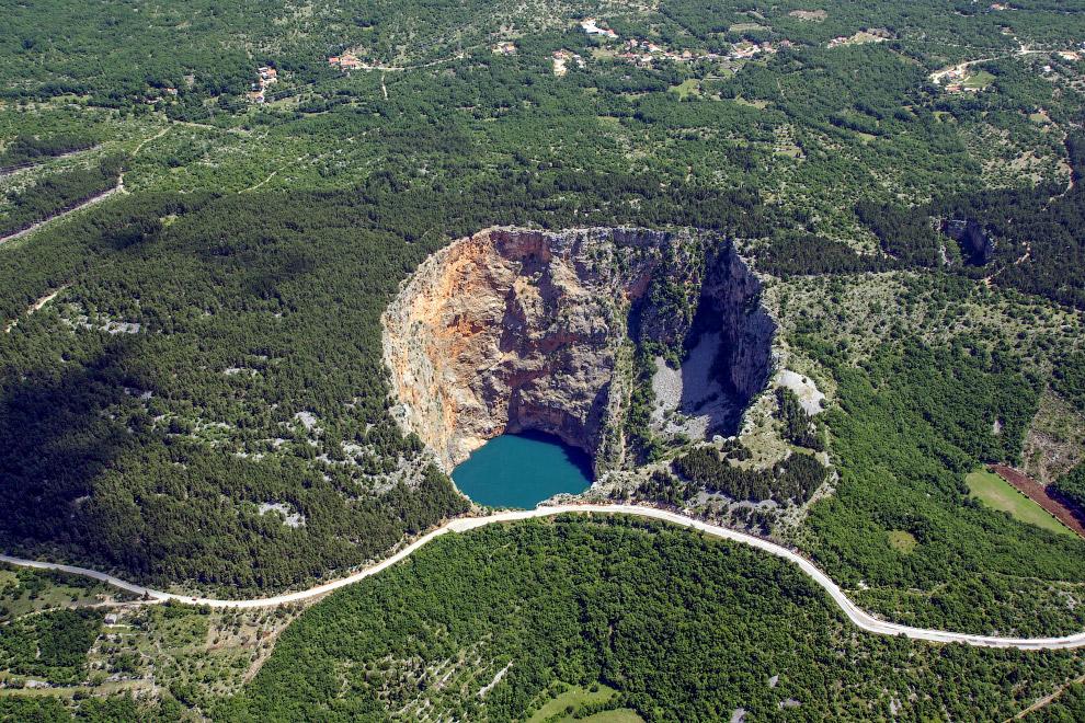 Общая глубина воронки — примерно 530 метров, а её объём — приблизительно 25—30 миллионов кубических метров. Таким образом, это одна из самых больших карстовых воронок в мире.
