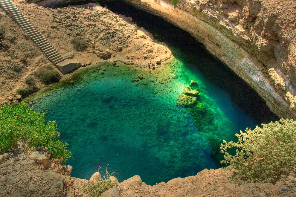 2. Бимма в Омане — относительно небольшая воронка, около 30 метров в глубину, но её дно наполнено кристально чистой водой. Разумеется, она тут же превратилась в магнит для туристов.
