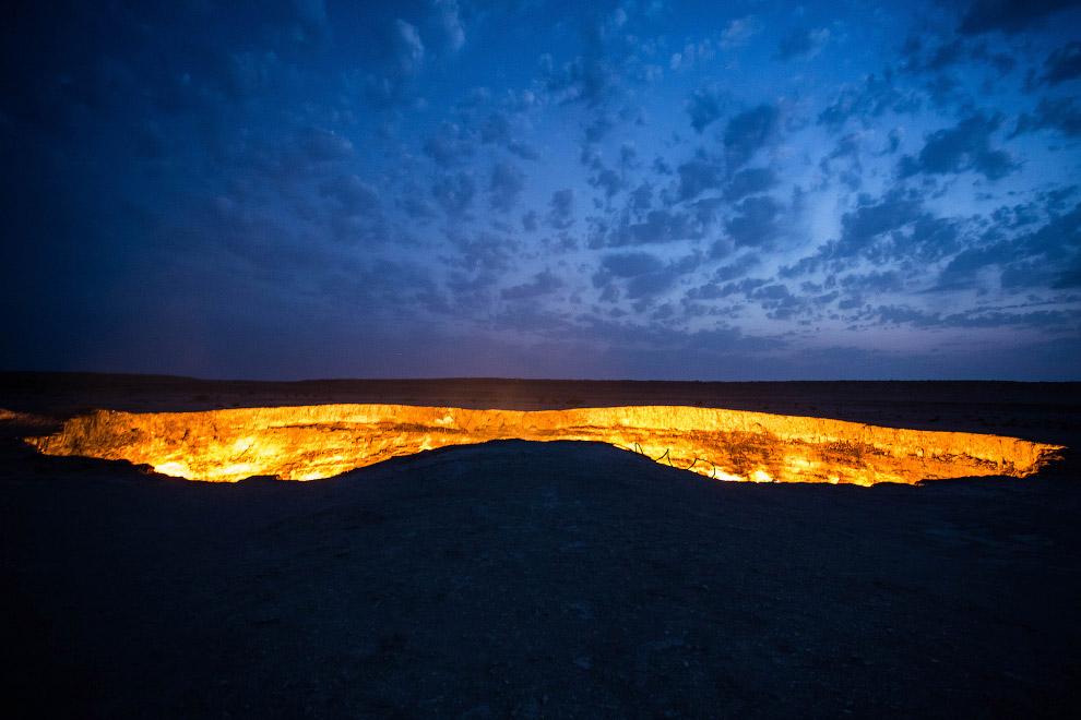 3. Дарваза, которую также называют «Врата Ада» — воронка диаметром в 70 метров и глубиной в, расположенная в Туркменистане. Советские геологи подожгли яму с природным газом ещё в 1971 году, рассчитывая, что она выгорит за пару дней. Пламя не утихло до сих пор.