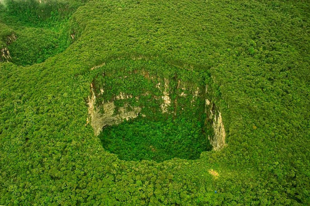 4. Сима Гумбольдт — воронка в Венесуэле глубиной примерно в 320 метров с практически вертикальными стенами. Названа в честь немецкого учёного и путешественника Александра фон Гумбольдта. Лес обильно растёт не только вокруг воронки, но и внутри неё.
