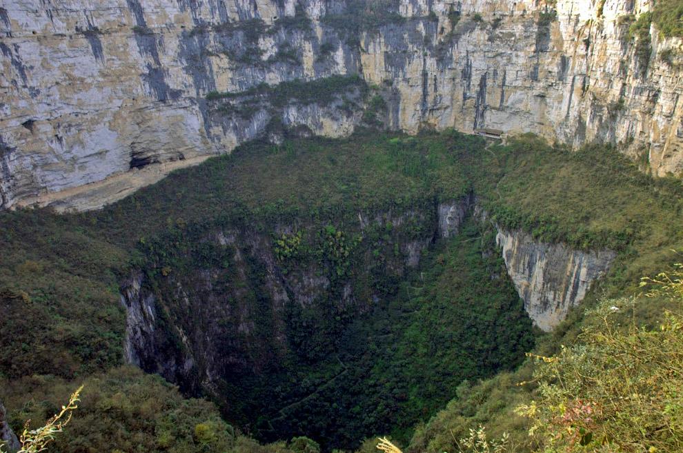 5. Сяочжай Тянкен, она же Небесная яма, самая глубокая карстовая воронка в мире — 660 метров в глубину и 530 в ширину. Одно из самых популярных мест для туризма в Китае. Его советуют посещать в сезоны сильных дождей, поскольку тогда с краёв воронки внутрь стекают красивые водопады.