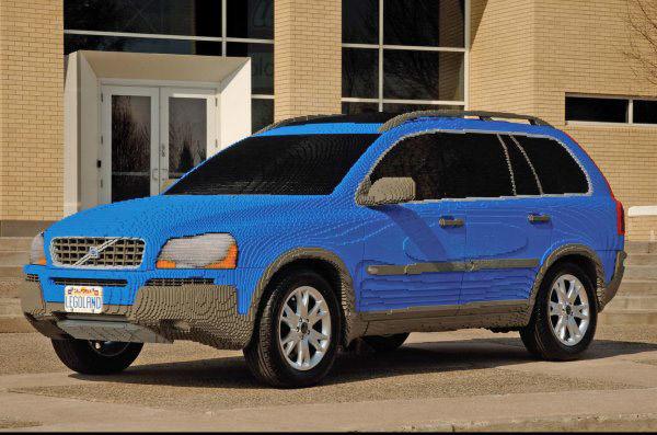 Копия автомобиля Volvo XC90 2004 года, в натуральную величину. Колеса – настоящие.