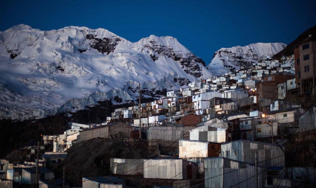 Поселок был построен на умопомрачительной высоте в несколько километров и лежит в тени Bella Durmiente — ледника «Спящая красавица»