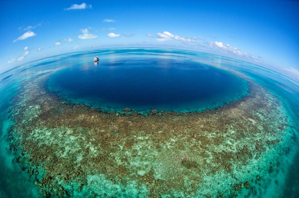 6. Большая голубая дыра — подводная карстовая воронка почти идеальной круглой формы, глубиной 120 метров и 300 метров в диаметре. Открыта знаменитым исследователем Жаком-Ивом Кусто, включившего её в список 10 лучших мест для ныряния.