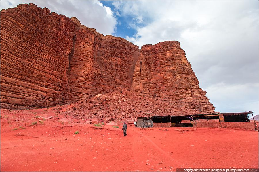Это каньон Хазали. В былые времена такие каньоны использовались бедуинами для отдыха. Когда в летние месяцы температура на открытых участках пустыни доходит до 50 градусов, узкие каньоны остаются единственным местом в пустыне, где есть тень и какая-никакая прохлада.