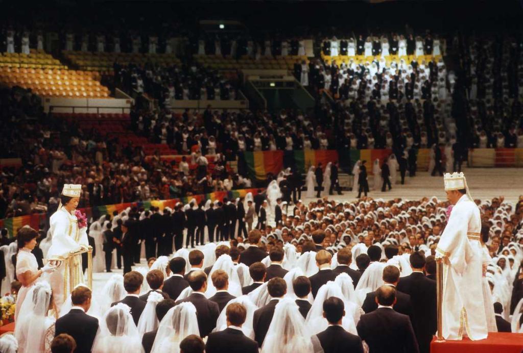 1 июля 1982 года. Преподобный Мун Сон Мён и его жена Хак Джа Хан проводят «Церемонию благословения» 2075 пар на массовой свадьбе в Мэдисон Сквер Гарден в Нью-Йорке.
