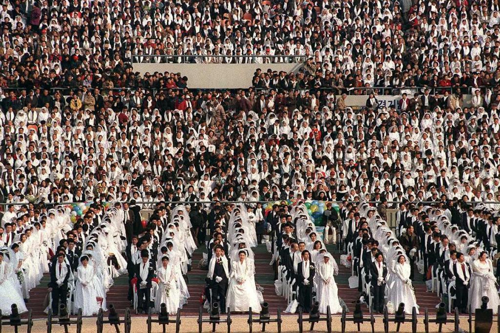 7 февраля 1999 года. 40 тысяч пар присутствовало на церемонии на Олимпийском стадионе в Сеуле, Южная Корея, которую возглавил преподобный Мун.