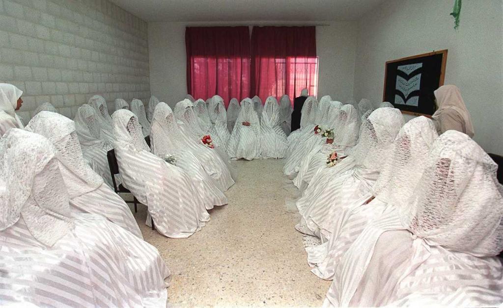 23 июля 1999 года. Невесты в ожидании массовой свадьбы, организованной благотворителями для бедных в Аммане, Иордания.