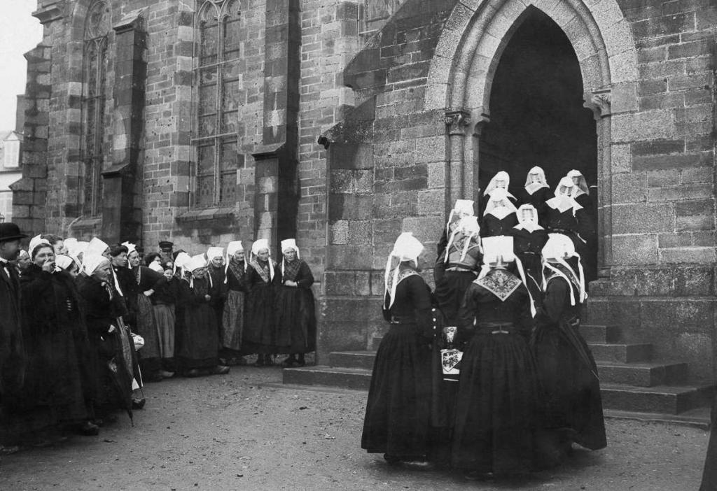 1910 год. Группа невест входит в церковь в селе общины Плугастель-Даула, Франция.