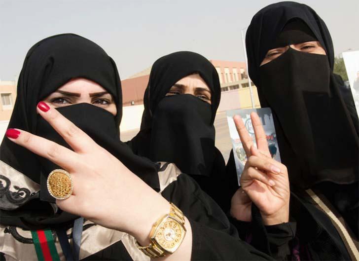 V for «Victory». Женщины, получившие право голосовать, искренне радуются возможности высказать свое мнение и повлиять на жизнь государства.