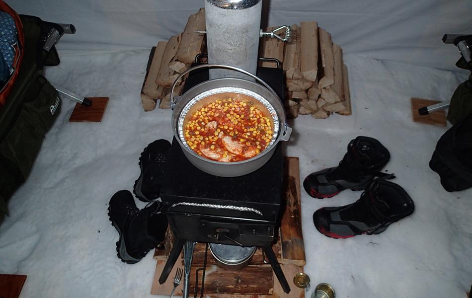 Стоит брать с собой две печки — одну для готовки, другую для обогрева. Вообще использовать печку внутри палатки не самая лучшая затея — огонь может быть слишком сильным, а угарный газ — отравляющим. Однако когда температура опускается ниже 20 градусов, а порывы ветра достигают 80 километров в час, такое решение вполне оправдано. Печка и обогреет палатку, и позволит спокойно приготовить еду, сохранив при этом ваше время и энергию.