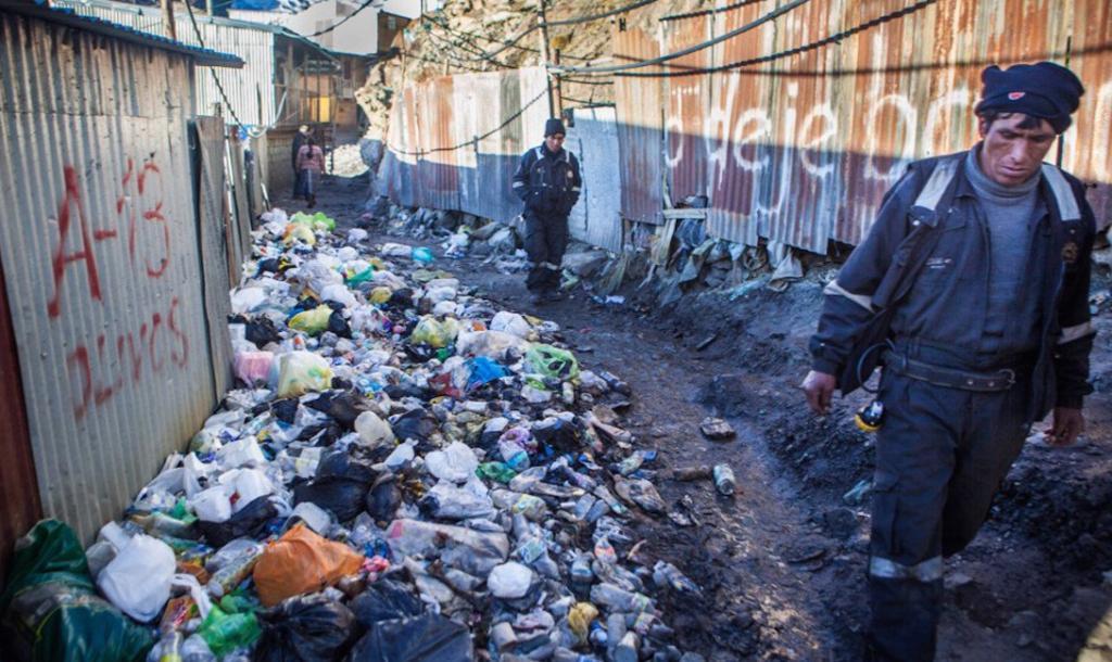 В городе нет проточной воды, а строительство системы канализации видится совершенно невозможным. Утилизация отходов — личное дело каждого местного жителя. 2
